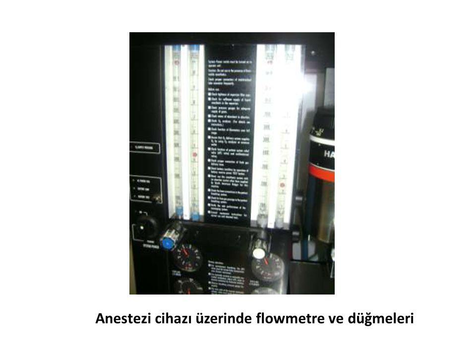 Anestezi cihazı üzerinde flowmetre ve düğmeleri