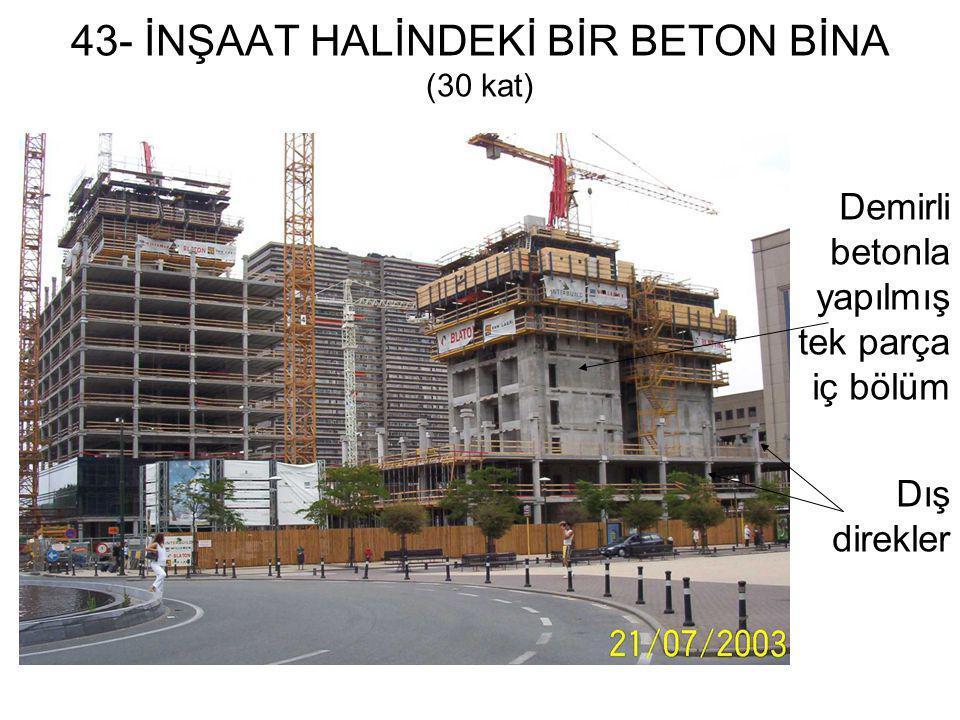 43- İNŞAAT HALİNDEKİ BİR BETON BİNA (30 kat) Demirli betonla yapılmış tek parça iç bölüm Dış direkler