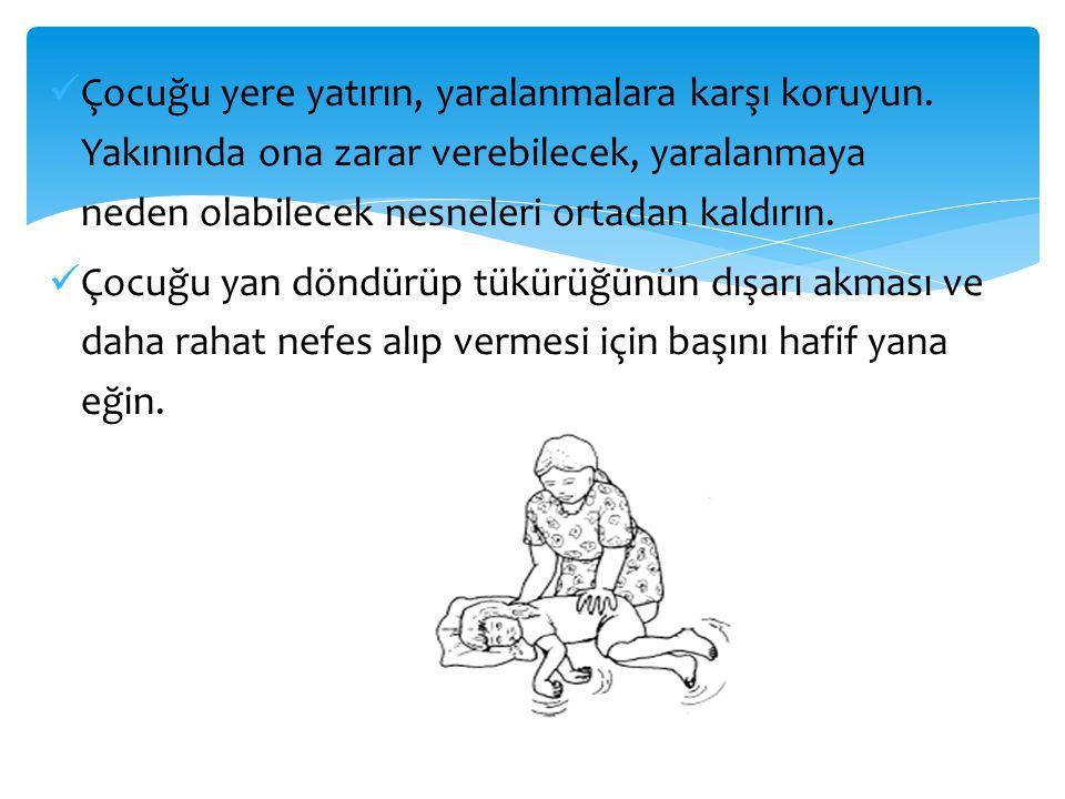  Çocuğu yere yatırın, yaralanmalara karşı koruyun. Yakınında ona zarar verebilecek, yaralanmaya neden olabilecek nesneleri ortadan kaldırın.  Çocuğu