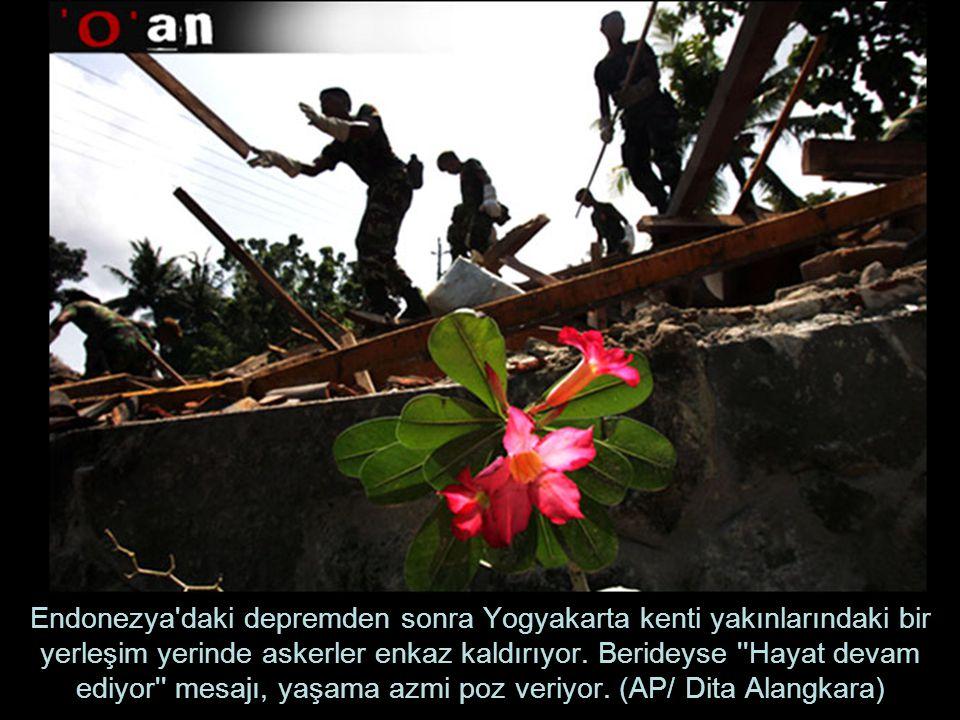 Endonezya daki depremden sonra Yogyakarta kenti yakınlarındaki bir yerleşim yerinde askerler enkaz kaldırıyor.