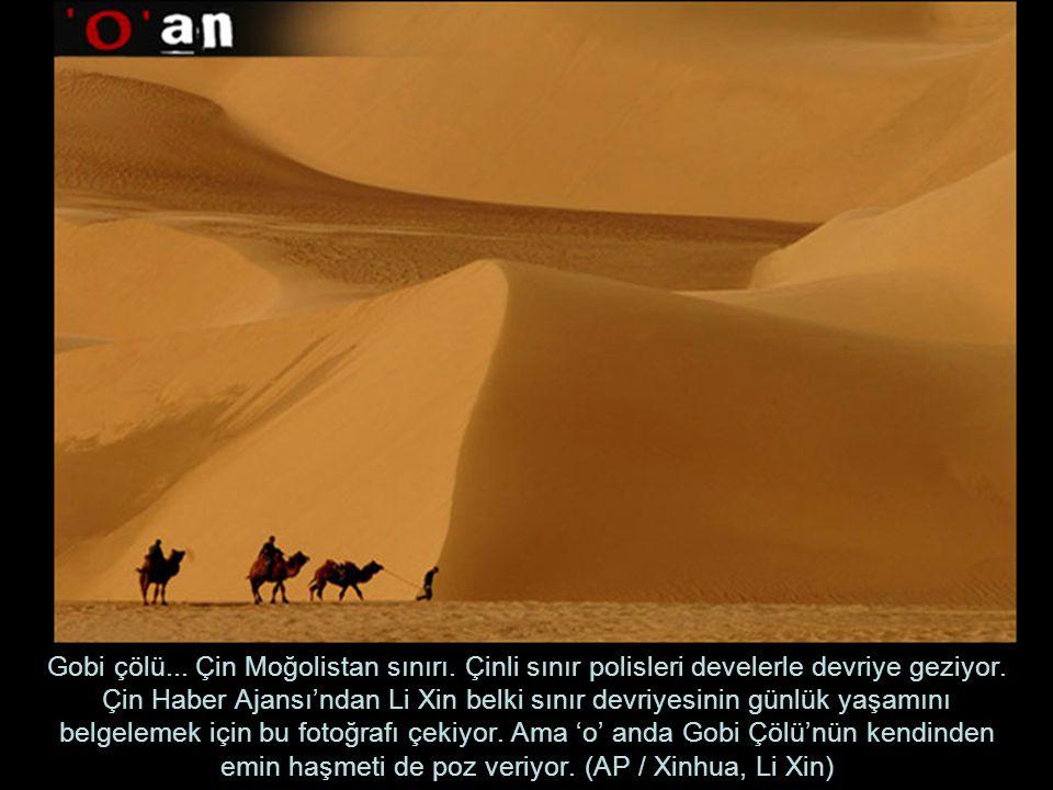 Gobi çölü...Çin Moğolistan sınırı. Çinli sınır polisleri develerle devriye geziyor.