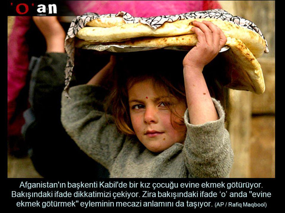 Afganistan ın başkenti Kabil de bir kız çocuğu evine ekmek götürüyor.