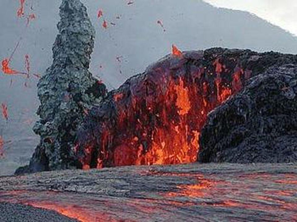 Özellikleri •• Yer kabuğunda bulunan bütün kayaçların temelini püskürük kayaçlar oluşturur. • Püskürük kayaçlar genelde kristal haldedirler. • Püskürü