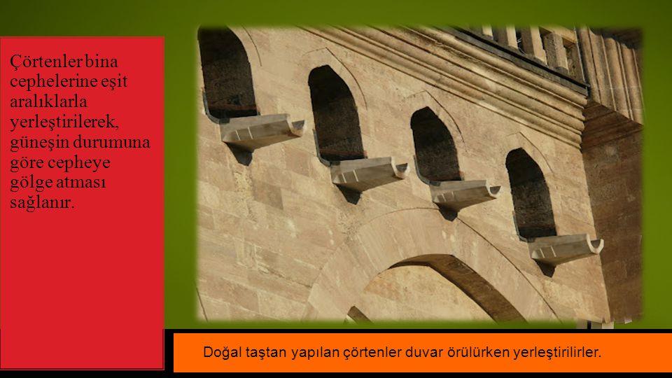 Çörtenler bina cephelerine eşit aralıklarla yerleştirilerek, güneşin durumuna göre cepheye gölge atması sağlanır. Doğal taştan yapılan çörtenler duvar