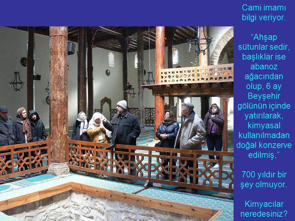 """Cami imamı bilgi veriyor. """"Ahşap sütunlar sedir, başlıklar ise abanoz ağacından olup, 6 ay Beyşehir gölünün içinde yatırılarak, kimyasal kullanılmadan"""
