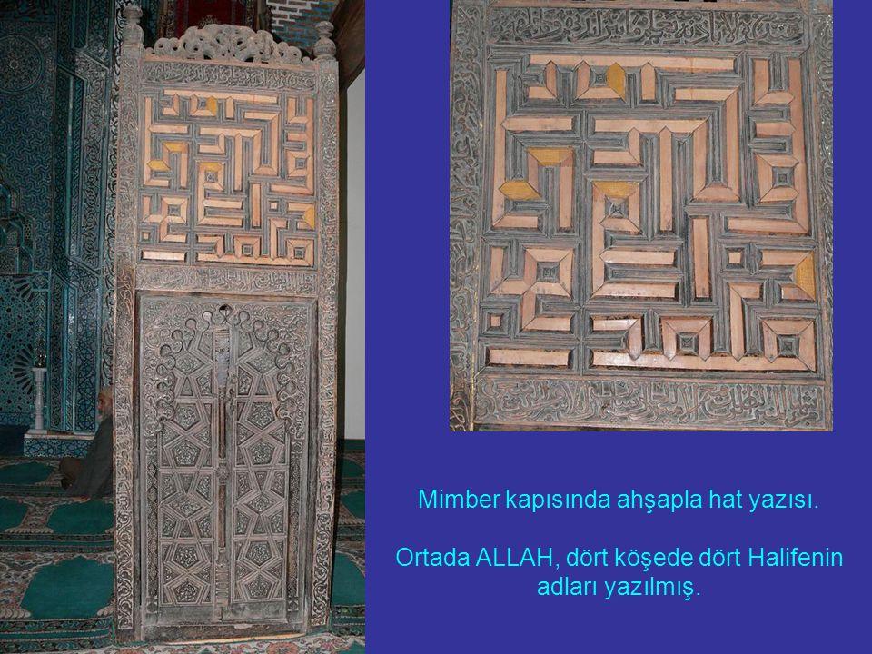 Mimber kapısında ahşapla hat yazısı. Ortada ALLAH, dört köşede dört Halifenin adları yazılmış.