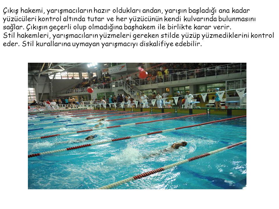 Çıkış hakemi, yarışmacıların hazır oldukları andan, yarışın başladığı ana kadar yüzücüleri kontrol altında tutar ve her yüzücünün kendi kulvarında bul