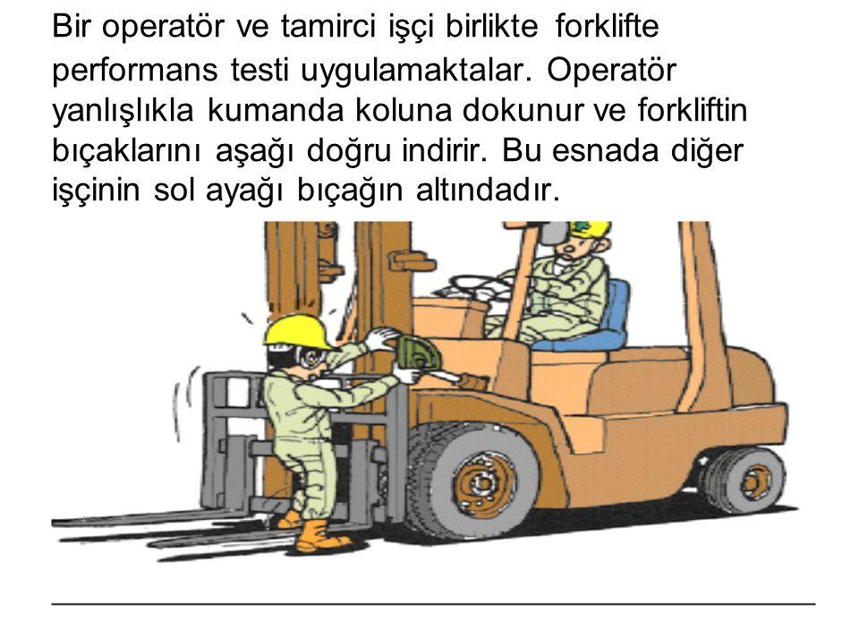 Bir operatör ve tamirci işçi birlikte forklifte performans testi uygulamaktalar. Operatör yanlışlıkla kumanda koluna dokunur ve forkliftin bıçaklarını