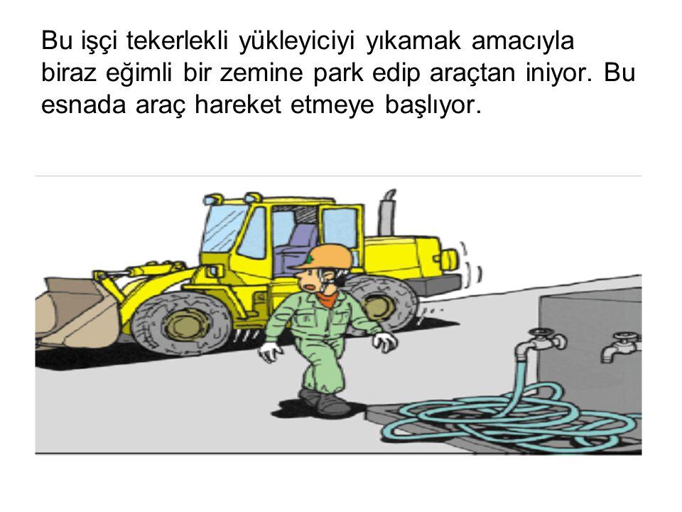 Bu işçi tekerlekli yükleyiciyi yıkamak amacıyla biraz eğimli bir zemine park edip araçtan iniyor. Bu esnada araç hareket etmeye başlıyor.