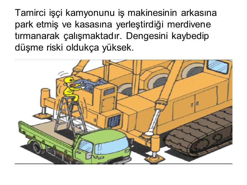 Tamirci işçi kamyonunu iş makinesinin arkasına park etmiş ve kasasına yerleştirdiği merdivene tırmanarak çalışmaktadır. Dengesini kaybedip düşme riski