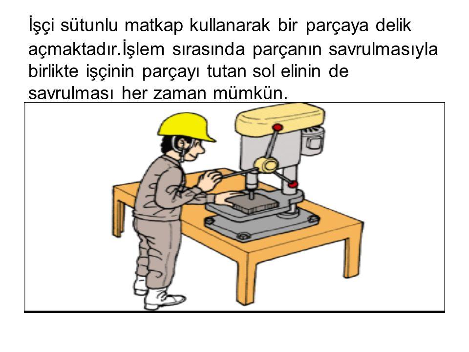 İşçi sütunlu matkap kullanarak bir parçaya delik açmaktadır.İşlem sırasında parçanın savrulmasıyla birlikte işçinin parçayı tutan sol elinin de savrul