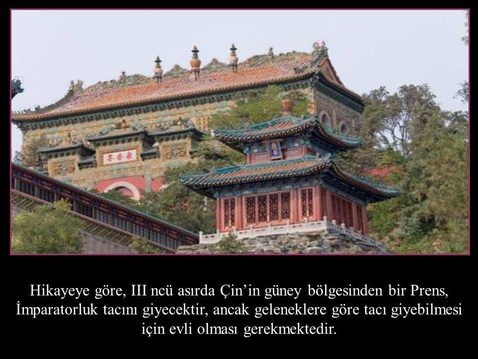 Hikayeye göre, III ncü asırda Çin'in güney bölgesinden bir Prens, İmparatorluk tacını giyecektir, ancak geleneklere göre tacı giyebilmesi için evli olması gerekmektedir.