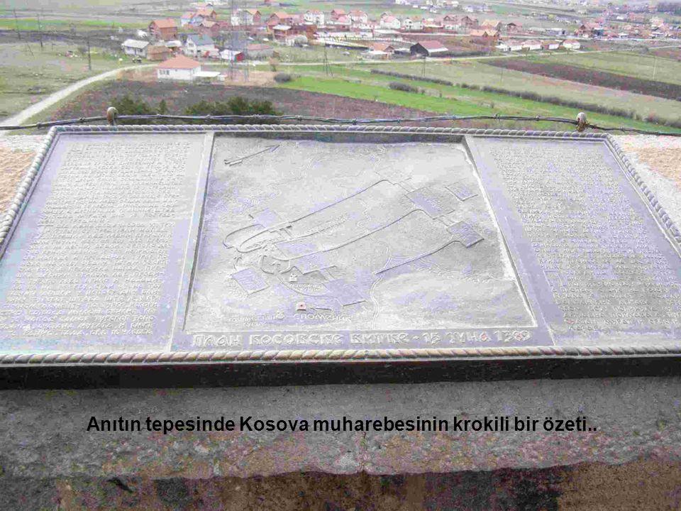 Anıtın tepesinde Kosova muharebesinin krokili bir özeti..