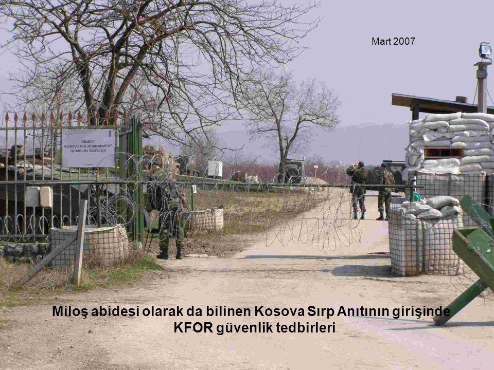Miloş abidesi olarak da bilinen Kosova Sırp Anıtının girişinde KFOR güvenlik tedbirleri Mart 2007