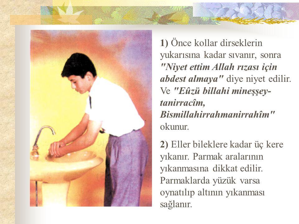 3) Sağ avuç ile ağıza üç kere ayrı ayrı su alınıp her defasında iyice çalkalanır.