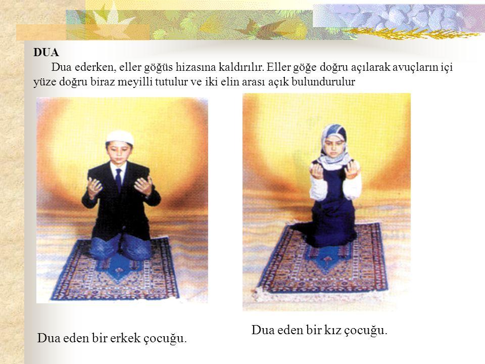DUA Dua ederken, eller göğüs hizasına kaldırılır. Eller göğe doğru açılarak avuçların içi yüze doğru biraz meyilli tutulur ve iki elin arası açık bulu