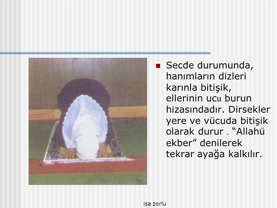 """isa zorlu  Dizler üzerine oturulur. Tekrar """"Allahü ekber"""" denilerek ikinci secde yapılır. İkinci secde de aynen birincisi gibidir."""