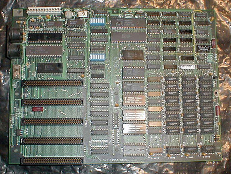 İlk anakart 1982 yılında IBM firmasının ürettiği PC'lerde kullanıldı.
