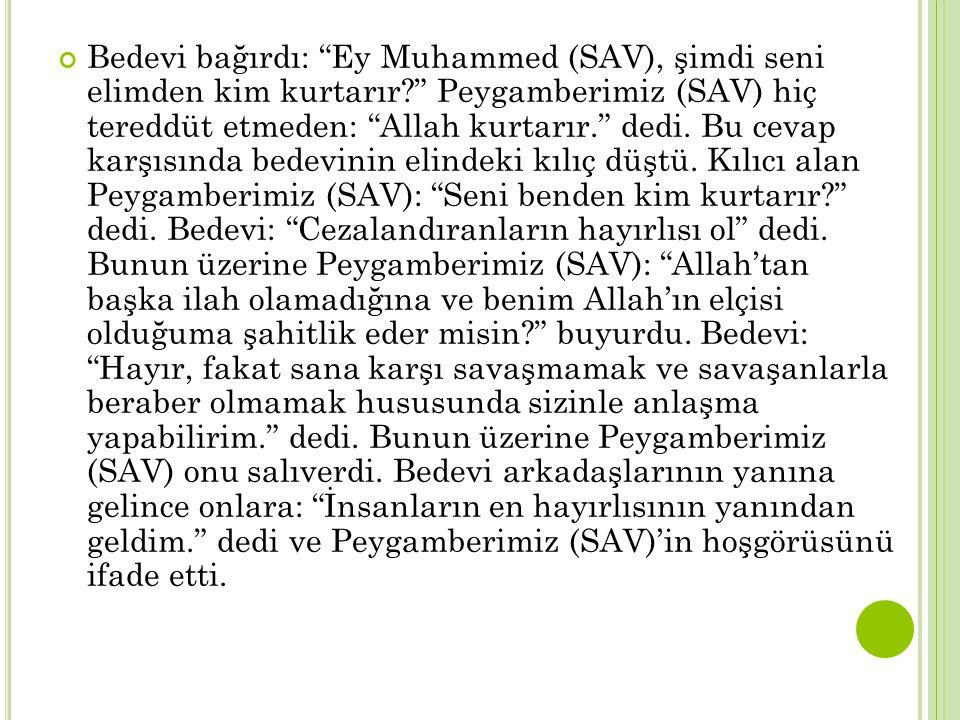 """Bedevi bağırdı: """"Ey Muhammed (SAV), şimdi seni elimden kim kurtarır?"""" Peygamberimiz (SAV) hiç tereddüt etmeden: """"Allah kurtarır."""" dedi. Bu cevap karşı"""