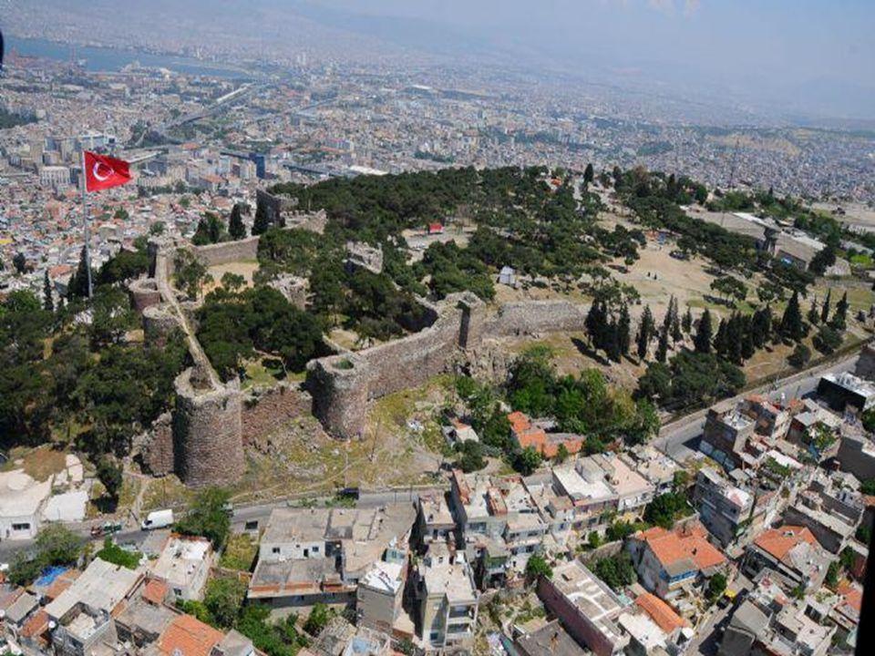 TEPEKULE HÖYÜĞÜ (BAYRAKLI) Kentin başlangıcı hakkında bugün Bayraklı semtinde yer alan ve Tepekule olarak bilinen ören yerinin, eski İzmir'in kuruluş yeri olduğuna pek şüphe bulunmamaktadır.