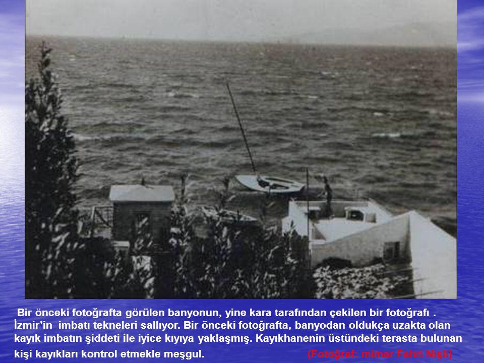 Bir önceki fotoğrafta görülen banyonun, yine kara tarafından çekilen bir fotoğrafı. İzmir'in imbatı tekneleri sallıyor. Bir önceki fotoğrafta, banyoda