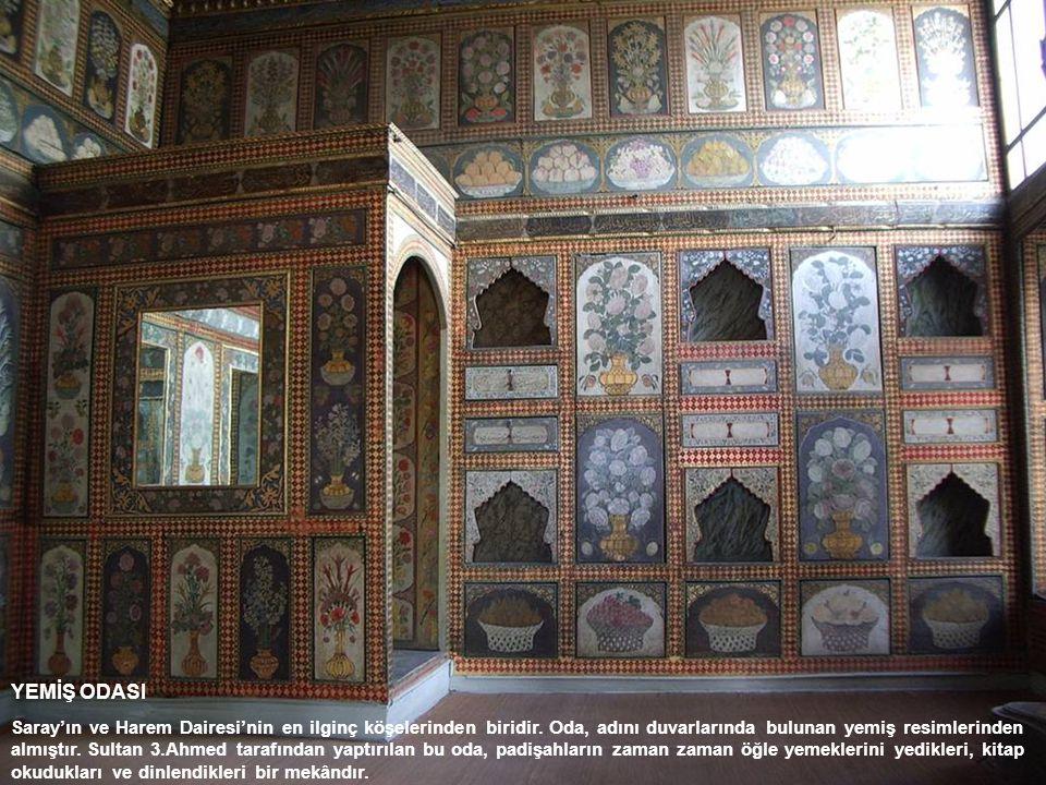 YEMİŞ ODASI Saray'ın ve Harem Dairesi'nin en ilginç köşelerinden biridir. Oda, adını duvarlarında bulunan yemiş resimlerinden almıştır. Sultan 3.Ahmed