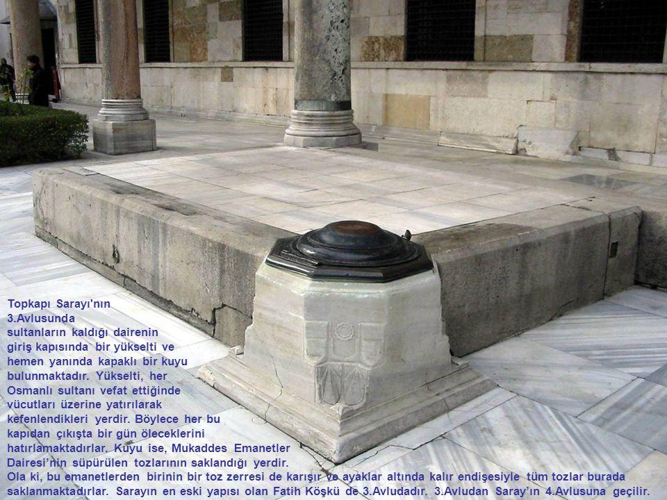 Topkapı Sarayı'nın 3.Avlusunda sultanların kaldığı dairenin giriş kapısında bir yükselti ve hemen yanında kapaklı bir kuyu bulunmaktadır. Yükselti, he