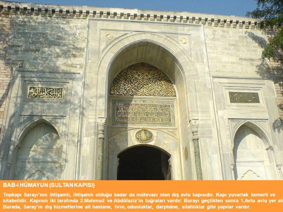BAB-I HÜMAYUN (SULTAN KAPISI) Topkapı Sarayı'nın ihtişamlı, ihtişamlı olduğu kadar da mütevazı olan dış avlu kapısıdır. Kapı yuvarlak kemerli ve kitab