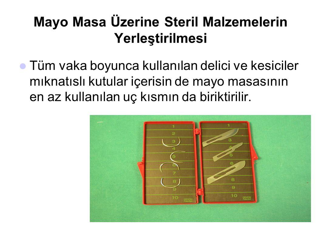 Mayo Masa Üzerine Steril Malzemelerin Yerleştirilmesi  Tüm vaka boyunca kullanılan delici ve kesiciler mıknatıslı kutular içerisin de mayo masasının