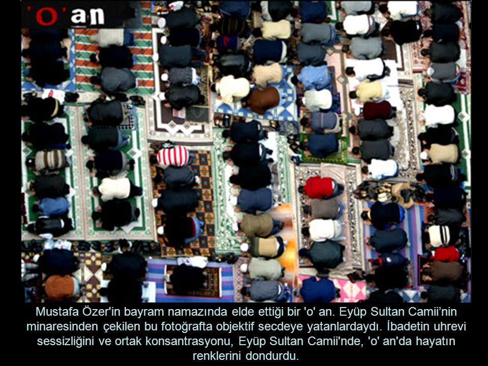 Mustafa Özer'in bayram namazında elde ettiği bir 'o' an. Eyüp Sultan Camii'nin minaresinden çekilen bu fotoğrafta objektif secdeye yatanlardaydı. İbad