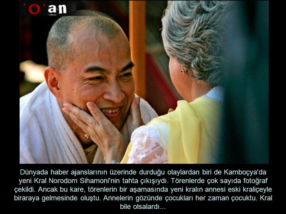 Dünyada haber ajanslarının üzerinde durduğu olaylardan biri de Kamboçya'da yeni Kral Norodom Sihamoni'nin tahta çıkışıydı. Törenlerde çok sayıda fotoğ