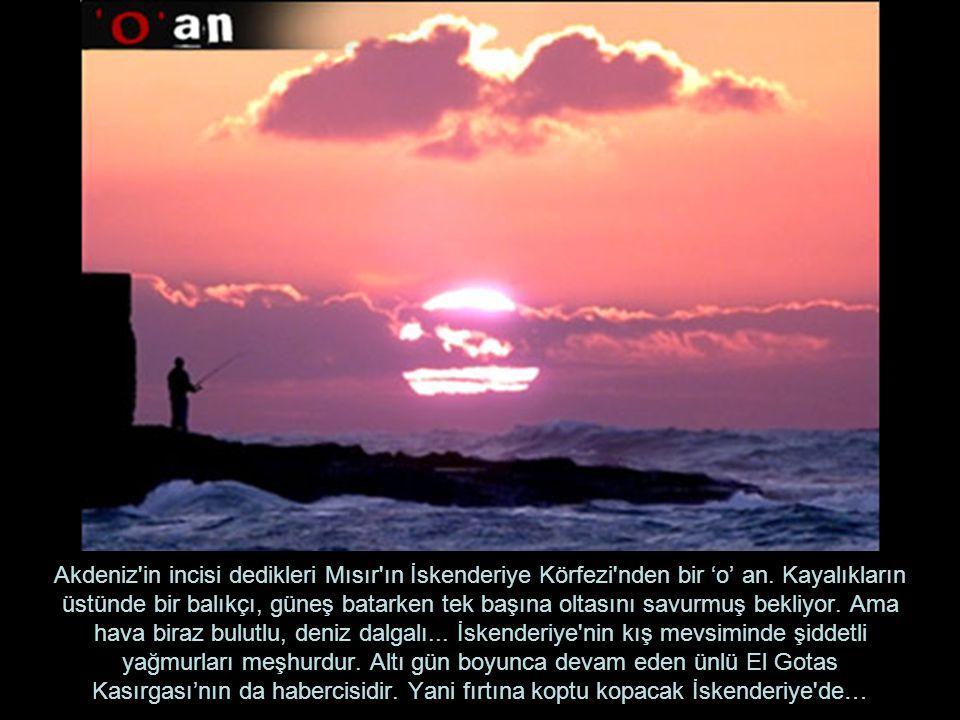 Akdeniz'in incisi dedikleri Mısır'ın İskenderiye Körfezi'nden bir 'o' an. Kayalıkların üstünde bir balıkçı, güneş batarken tek başına oltasını savurmu