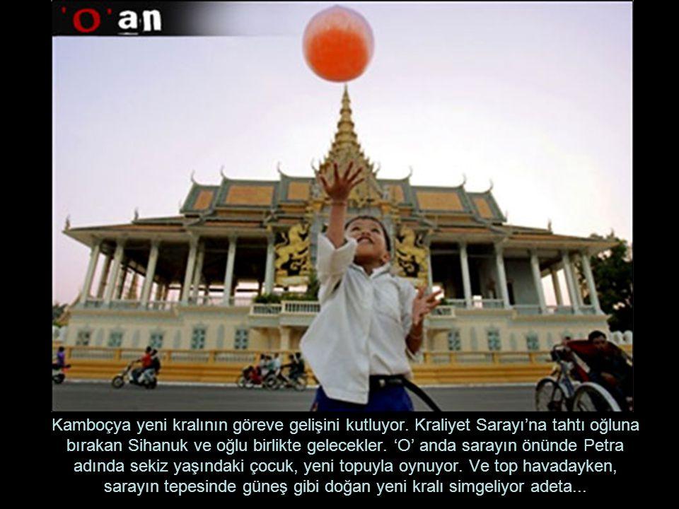 Kamboçya yeni kralının göreve gelişini kutluyor. Kraliyet Sarayı'na tahtı oğluna bırakan Sihanuk ve oğlu birlikte gelecekler. 'O' anda sarayın önünde