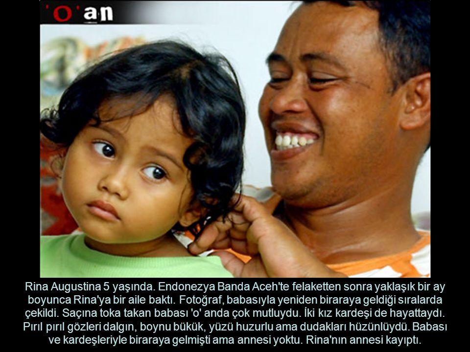Rina Augustina 5 yaşında. Endonezya Banda Aceh'te felaketten sonra yaklaşık bir ay boyunca Rina'ya bir aile baktı. Fotoğraf, babasıyla yeniden biraray