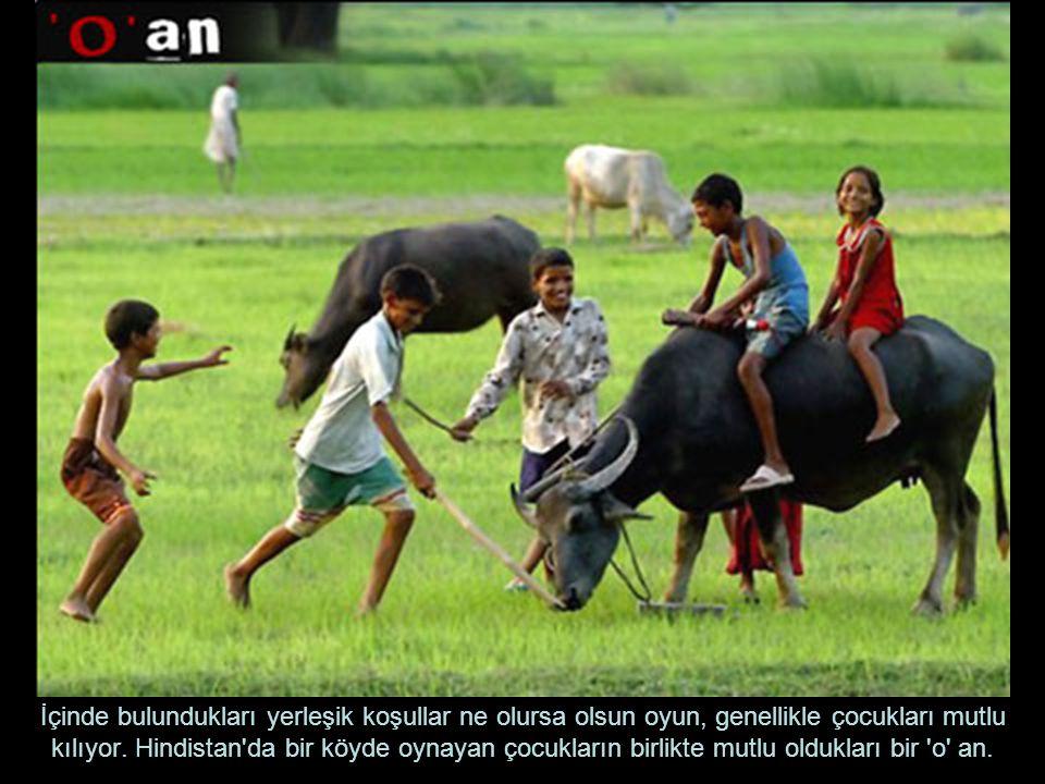 İçinde bulundukları yerleşik koşullar ne olursa olsun oyun, genellikle çocukları mutlu kılıyor. Hindistan'da bir köyde oynayan çocukların birlikte mut