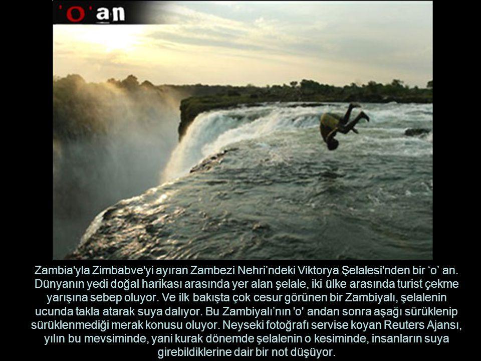 Zambia'yla Zimbabve'yi ayıran Zambezi Nehri'ndeki Viktorya Şelalesi'nden bir 'o' an. Dünyanın yedi doğal harikası arasında yer alan şelale, iki ülke a