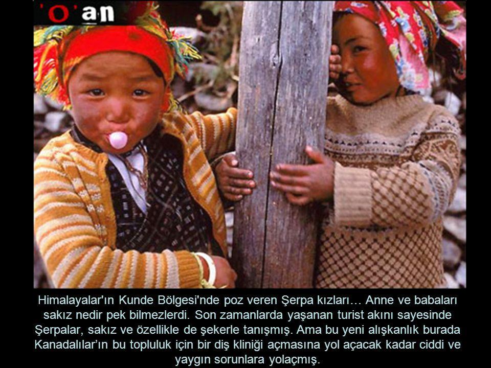 Himalayalar'ın Kunde Bölgesi'nde poz veren Şerpa kızları… Anne ve babaları sakız nedir pek bilmezlerdi. Son zamanlarda yaşanan turist akını sayesinde