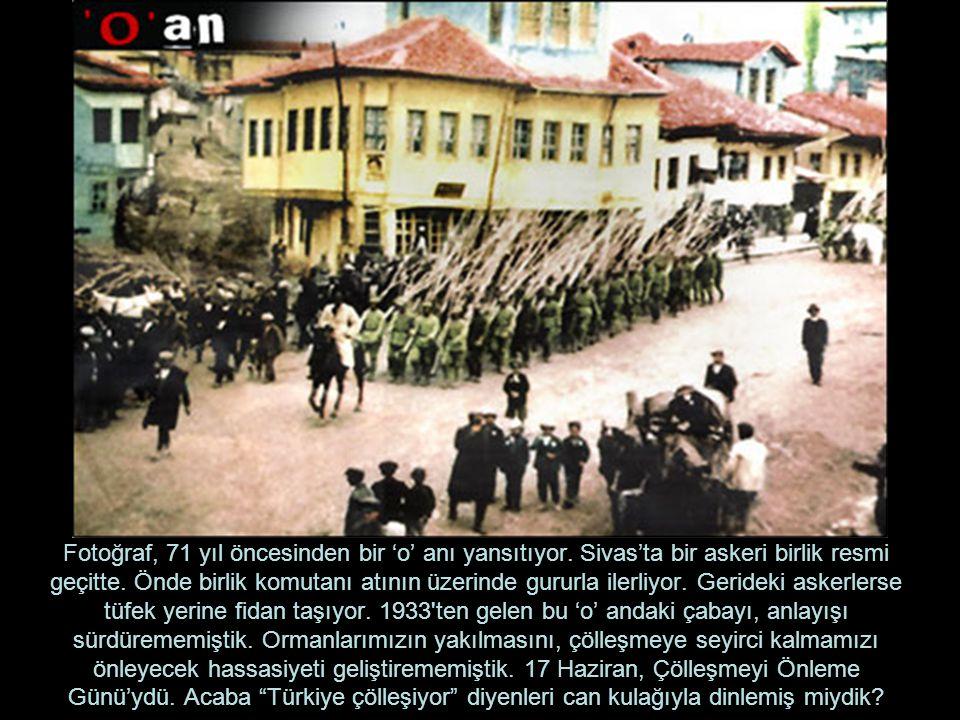Fotoğraf, 71 yıl öncesinden bir 'o' anı yansıtıyor. Sivas'ta bir askeri birlik resmi geçitte. Önde birlik komutanı atının üzerinde gururla ilerliyor.