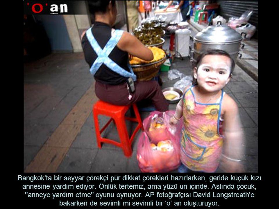 Bangkok'ta bir seyyar çörekçi pür dikkat çörekleri hazırlarken, geride küçük kızı annesine yardım ediyor. Önlük tertemiz, ama yüzü un içinde. Aslında