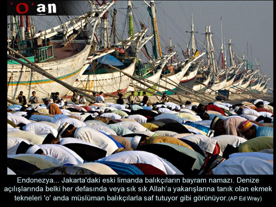Endonezya...Jakarta daki eski limanda balıkçıların bayram namazı.