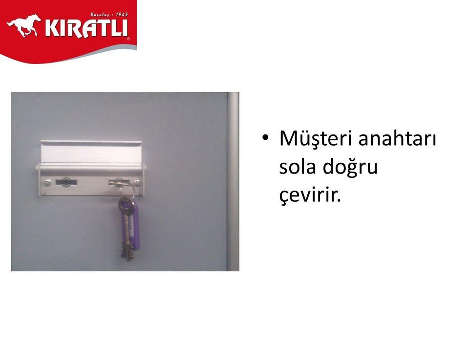 • Müşteri anahtarı sola doğru çevirir.