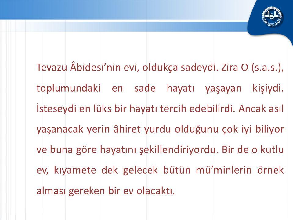 Tevazu Âbidesi'nin evi, oldukça sadeydi. Zira O (s.a.s.), toplumundaki en sade hayatı yaşayan kişiydi. İsteseydi en lüks bir hayatı tercih edebilirdi.