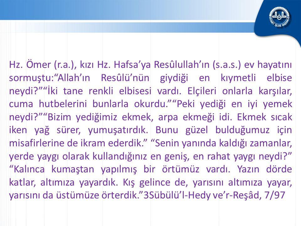 """Hz. Ömer (r.a.), kızı Hz. Hafsa'ya Resûlullah'ın (s.a.s.) ev hayatını sormuştu:""""Allah'ın Resûlü'nün giydiği en kıymetli elbise neydi?""""""""İki tane renkli"""
