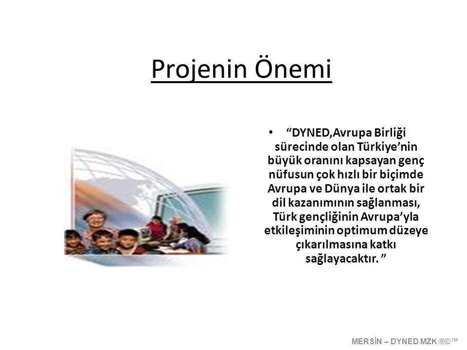 Projenin Amaçları; • İngilizce dersine öğrencilerin ilgisini arttırmak • Türk öğrencilerinin Avrupa ve Dünya ile etkileşimi arttırmak için yabancı dili kullanılabilir bir düzeye taşımak, • Yeni müfredatla getirilen yapılandırıcı yaklaşıma paralel olarak öğrenciyi kendi dil gelişimini gözlemlemesini sağlamak • Öğretmenlere yabancı dil derslerini daha etkili ve verimli işlemelerini sağlamaya yönelik çağdaş, farklı ve teknolojik zemin sağlamak MERSİN – DYNED MZK ®©™