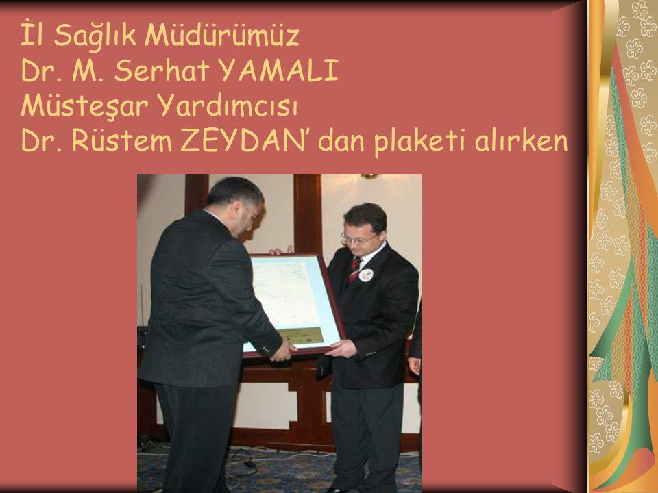 İl Sağlık Müdürümüz Dr. M. Serhat YAMALI Müsteşar Yardımcısı Dr. Rüstem ZEYDAN' dan plaketi alırken