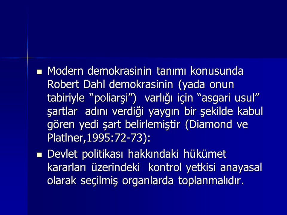 """ Modern demokrasinin tanımı konusunda Robert Dahl demokrasinin (yada onun tabiriyle """"poliarşi"""") varlığı için """"asgari usul"""" şartlar adını verdiği yayg"""