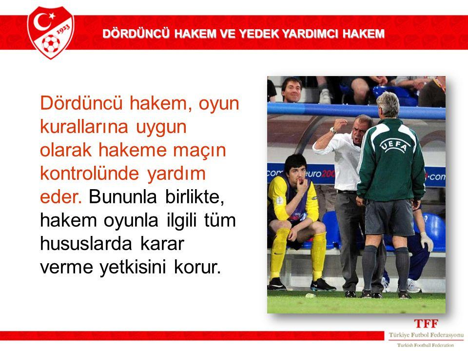 Dördüncü hakem, oyun kurallarına uygun olarak hakeme maçın kontrolünde yardım eder.