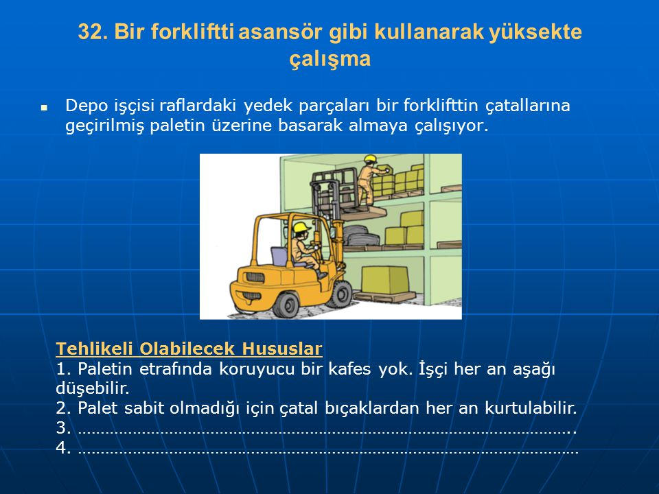 32. Bir forkliftti asansör gibi kullanarak yüksekte çalışma   Depo işçisi raflardaki yedek parçaları bir forklifttin çatallarına geçirilmiş paletin