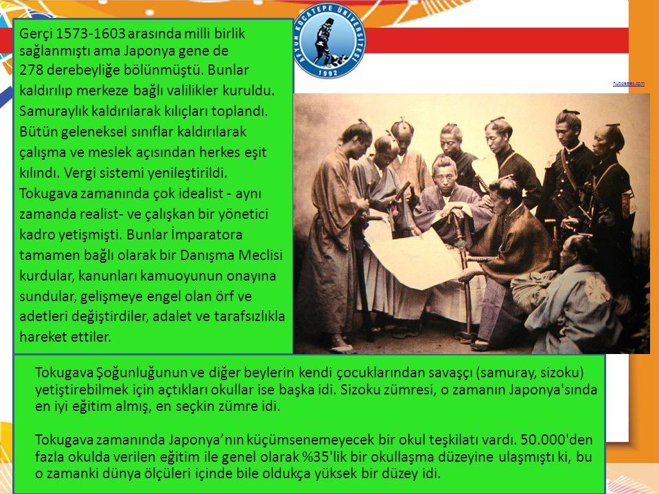 Edo (Tōkyō) (veya Tokugava şogunluğu) döneminde (1603-1668), şogun denilen bürokratları yetiştirmek için devlet tarafından okullar kuruldu.