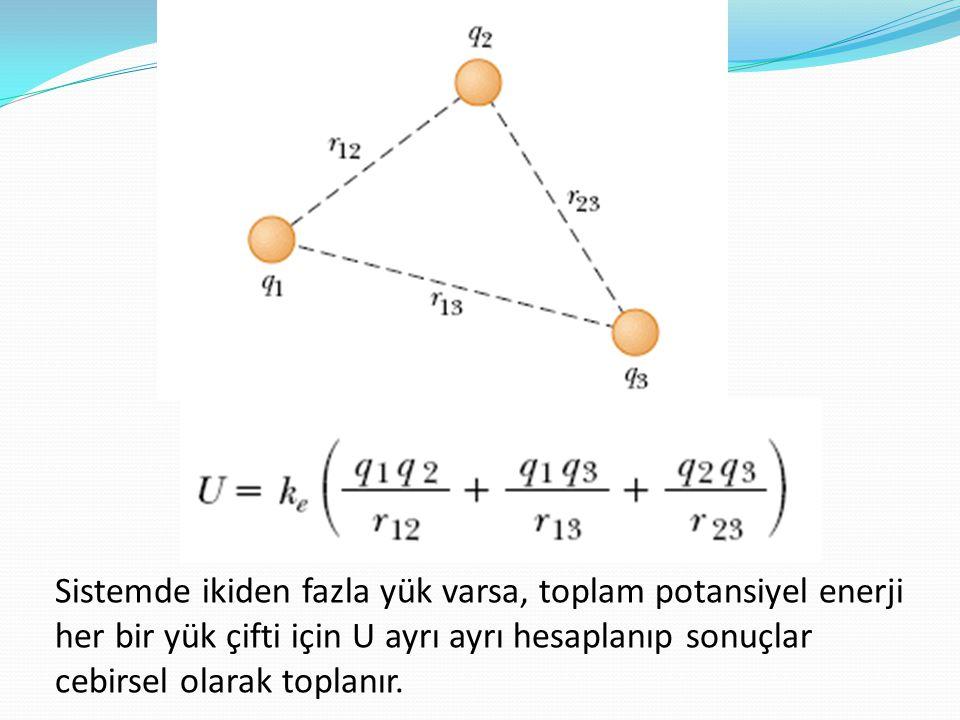 Sistemde ikiden fazla yük varsa, toplam potansiyel enerji her bir yük çifti için U ayrı ayrı hesaplanıp sonuçlar cebirsel olarak toplanır.